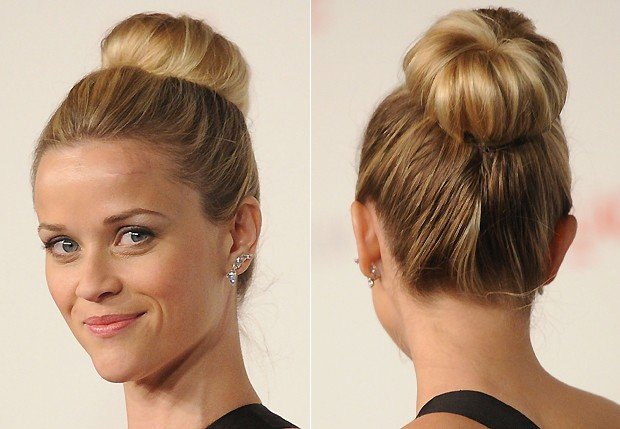Reese Witherspoon com coque donut ou rosquinha