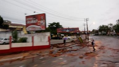 Forte chuva derruba muro na Avenida Alexandre Moura, em São Luís