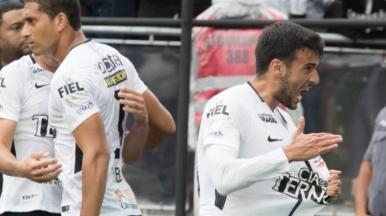 Corinthians vence Palmeiras e se isola ainda mais na liderança
