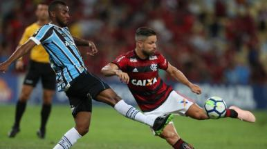 No Maracanã, Flamengo vence o Grêmio e segue vivo pelo título