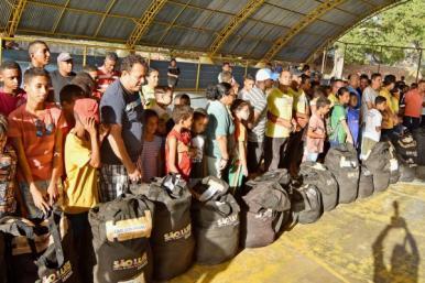 Programa beneficia cerca de 4,5 mil crianças com a entrega de materiais esportivos