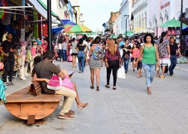 Iniciada instalação de mobiliário urbano na Rua Grande