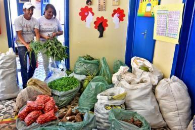 Programa de Aquisição de Alimentos leva cestas a Casa do Bairro e a unidades de saúde