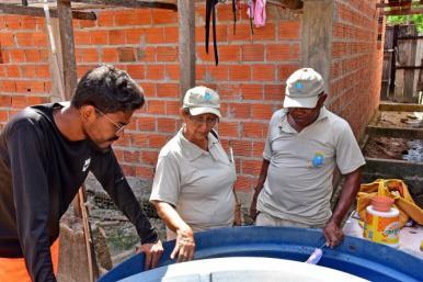 Agentes de saúde realizam ação de combate ao Aedes aegypti na área da Cidade Olímpica