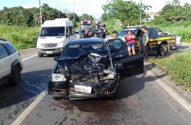 Colisão entre dois carros deixa trânsito lento na BR-135, em Pedrinhas