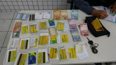 Homem é preso com vários cartões de banco de idosos na Av. Guajajaras