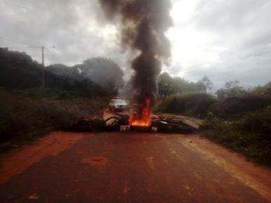 Moradores interditam rua e cobram melhorias em bairro de São Luís
