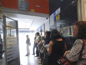 Com bancários em greve, consumidor enfrenta filas em lotéricas e terminais de autoatendimento