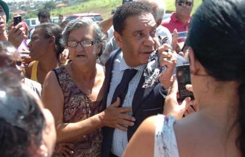 Filha de Wando expulsa Agnaldo Timóteo do velório do pai