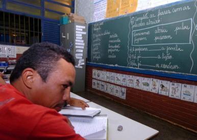 Brasil precisa ampliar investimentos na educação de jovens e adultos