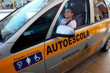 Autoescolas deverão ter veículo adaptado para pessoas com deficiência