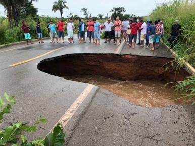 Chuva faz asfalto ceder e abre cratera na BR-135 no Maranhão