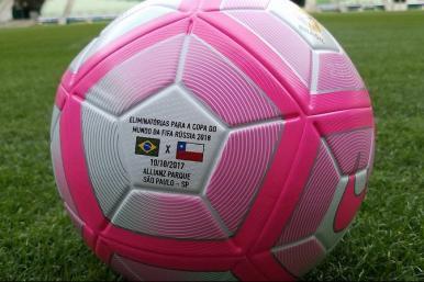 Eliminatórias da Copa: Brasil x Chile terá bola especial do Outubro Rosa