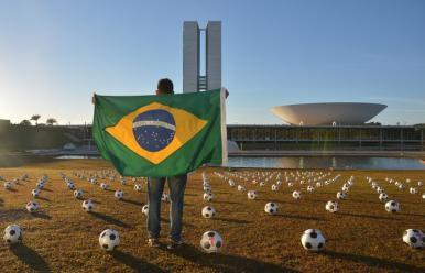 """Em protesto, manifestantes passam 594 bolas ao Congresso e exigem """"jogada histórica"""" no País"""