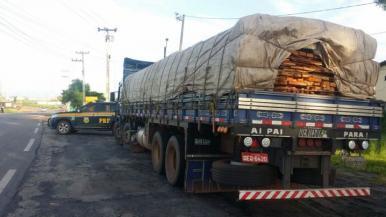 PRF apreende carregamento de madeira ilegal na BR-316 em Santa Inês