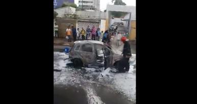 Carro pega fogo após colisão em avenida no centro de São Luís