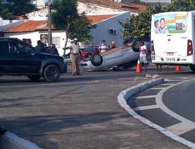 Capotamento deixa trânsito lento na Beira Mar