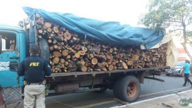 PRF apreende carga de madeira irregular em Caxias