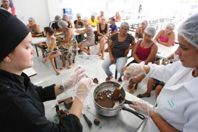 Usuários de Restaurantes Populares participam de oficinas de ovos de páscoa