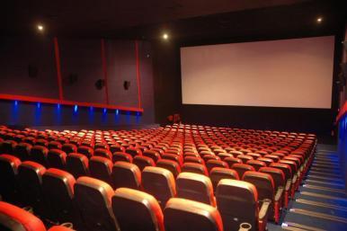 Proposta define espaço mínimo entre tela e poltronas em cinemas