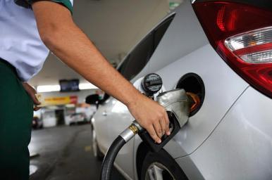 Petrobras anuncia redução do preço da gasolina em 3% nas refinarias