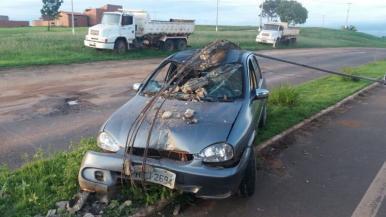 Motorista embriagado derruba poste em Açailândia