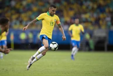 Dani Alves se iguala a Pelé e Djalma Santos em jogos pela Seleção Brasileira