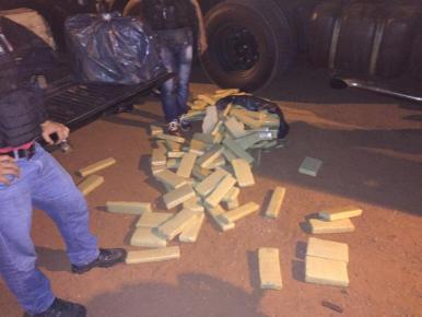 Policial é preso transportando 300 kg de maconha em Peritoró