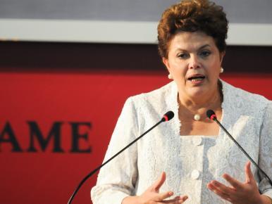"Dilma afirma a empresários que Brasil vai  enfrentar crise internacional sem ""achatar salários"""