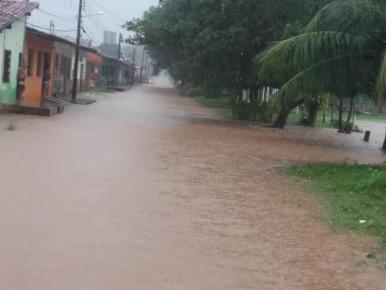 Chuva deixa ruas alagadas e veículos ilhados em Paço do Lumiar