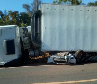 Duas pessoas morrem após carreta esmagar caminhonete no MA