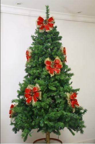 decorar uma arvore de natal : decorar uma arvore de natal:Olhe a árvore de longe para checar o efeito, faça os ajustes finais